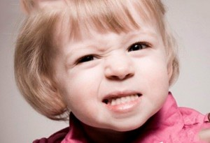 Почему ребенок скрепит зубами