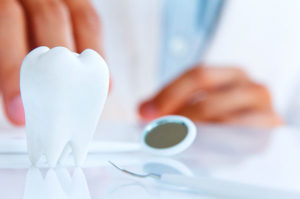 Почему слетает зубная коронка?