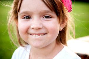 У ребенка шатается постоянный зуб. Причина?