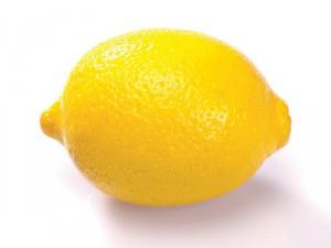 Отбеливание зубов лимоном