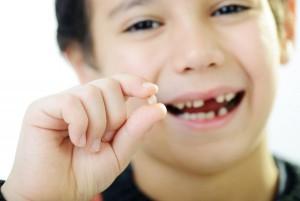 Вырываем молочный зубик